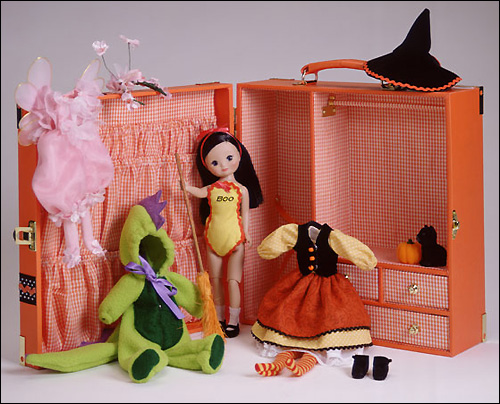 Betsy McCall Halloween Trunk - кукла от Tonner Doll Company с набором одежды